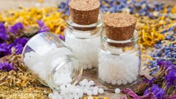 confezioni di vetro piene di di farmaci omeopatici