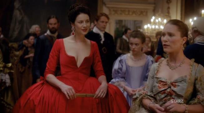 Una scena di Outlander con l'abito rosso