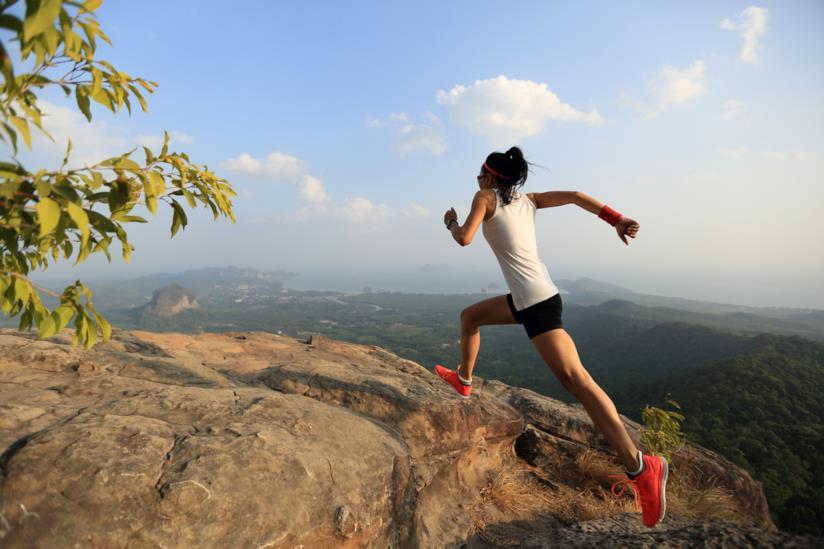 Una ragazza corre in montagna