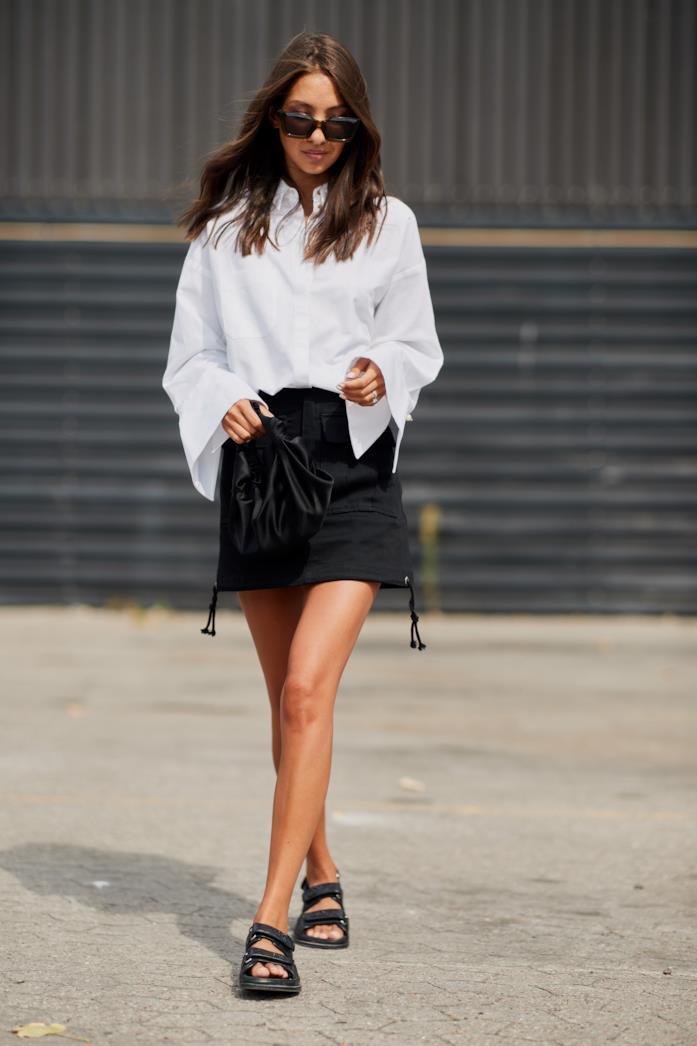 Outfit casual camicia bianca a maniche svasate con miniskirt nera