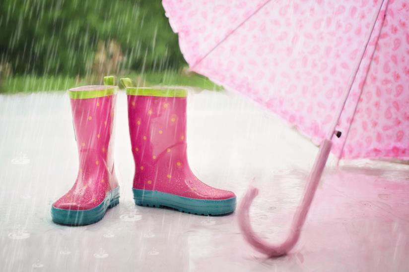 Ombrello e stivali da pioggia per strada