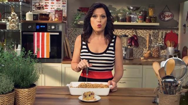 Sonia Peronaci mentre taglia una crumb cake