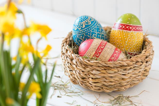 Cesto in vimini con uova di Pasqua