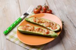 Una delizosa zucchina farcita con pomodori e mozzarella
