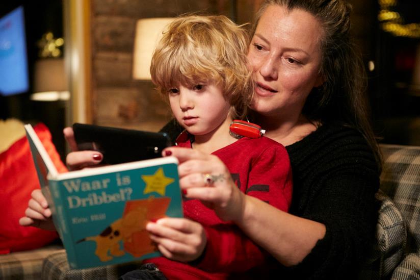 Mamma legge una favola a un bimbo non udente con l'uso della app StorySign