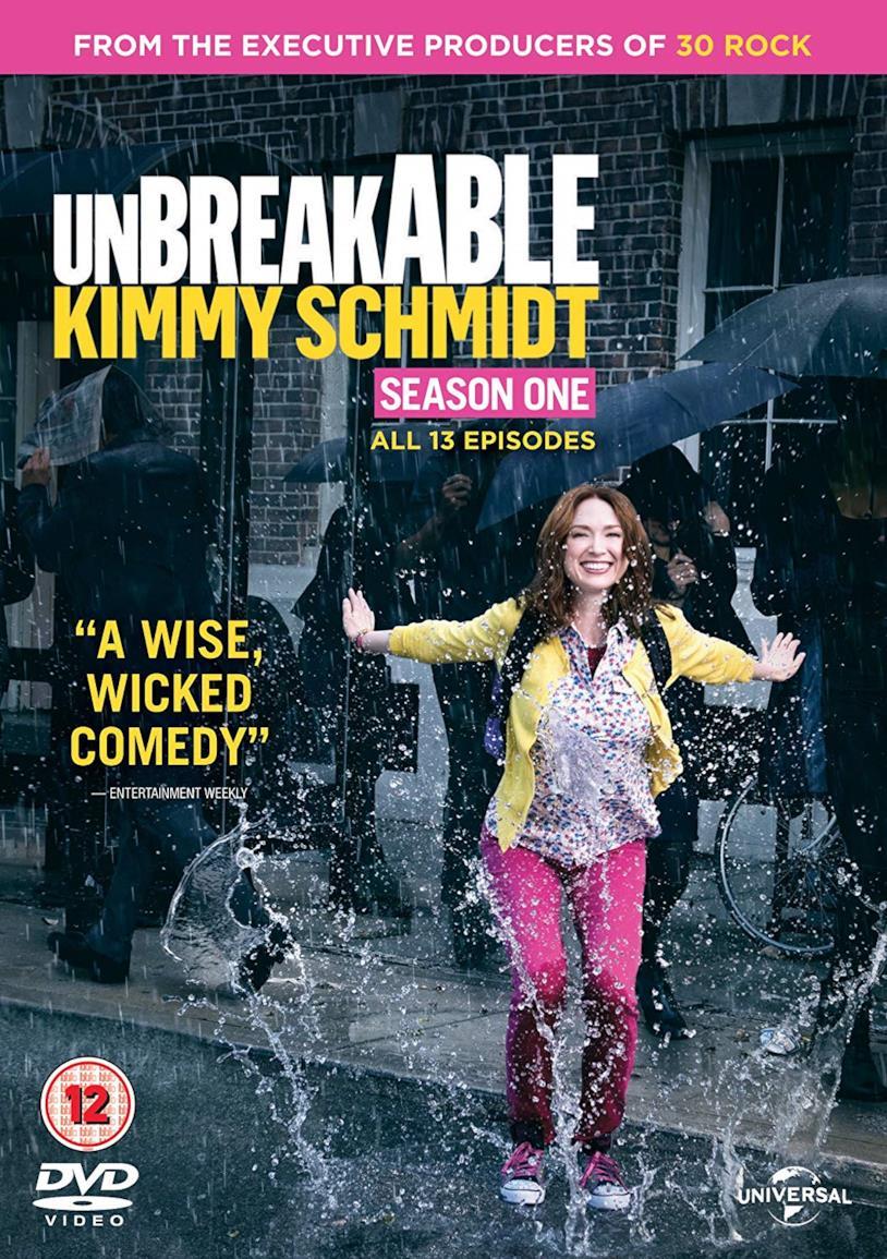 Copertina del DVD di Unbreakable Kimmy Schmidt con Kimmy che salta nella pioggia