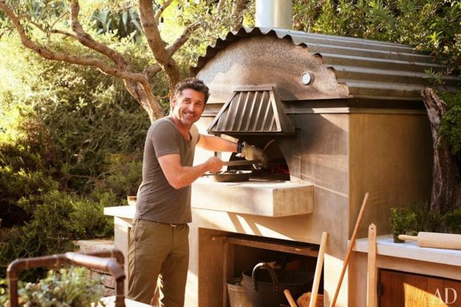 Patrick Dempsey fa la pizza nel suo forno a legna