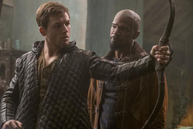 Una scena di Robin Hood - L'origine della leggenda con Taron Egerton e Jamie Foxx