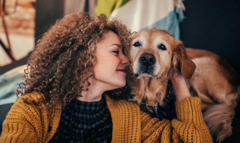 Una donna accarezza il cane
