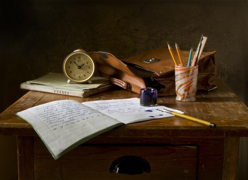 Quaderno con penna su una scrivania