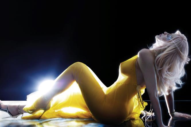 Kylie Jenner in giallo per V Magazine
