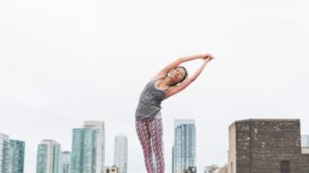 Donna pratica posizione yoga