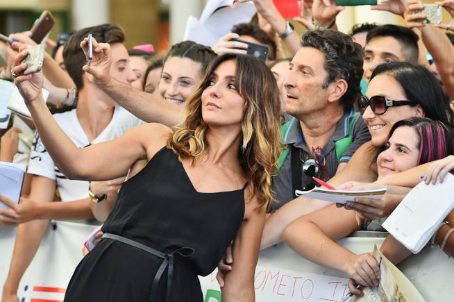 Ambra Angiolini in un selfie con i fan