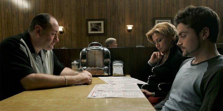 Una scena de I Soprano con Tony, la moglie e il figlio