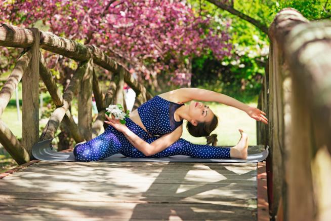 Una asana yoga su un ponte di legno