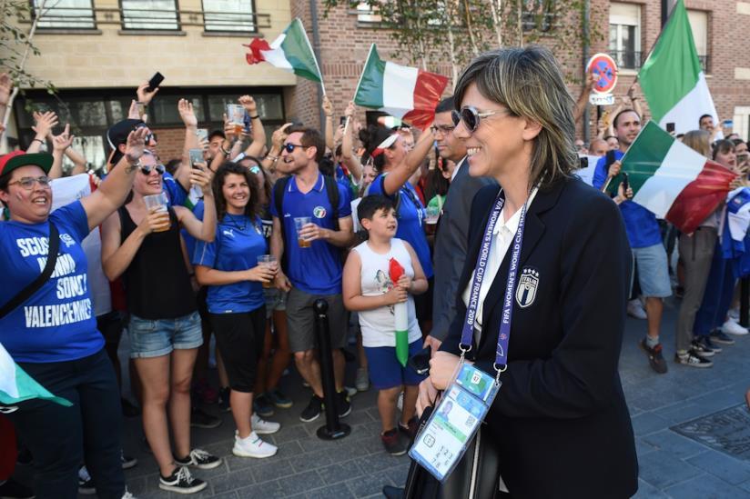 Milena Bertolini tra i tifosi
