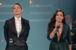 Anna Tatangelo in un completo maschile per la quarta serata di Sanremo
