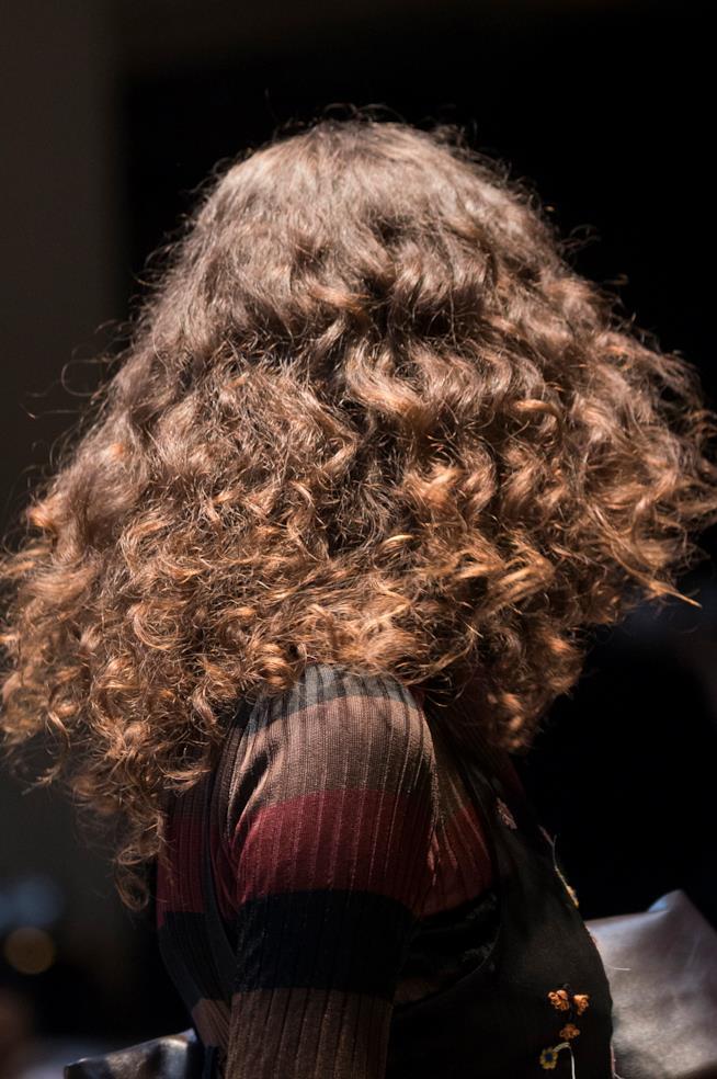 Donna con capelli ricci sciolti