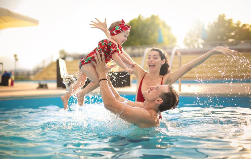 Genitori in acqua con la loro bambina