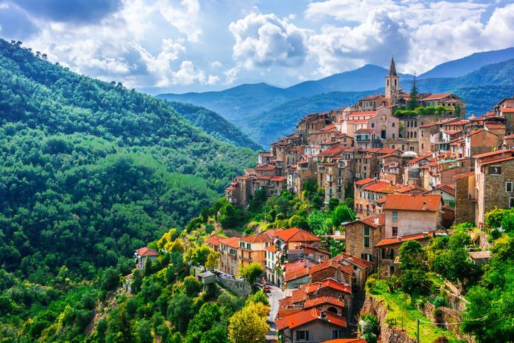 Il borgo di Apricale arroccato sulla collina