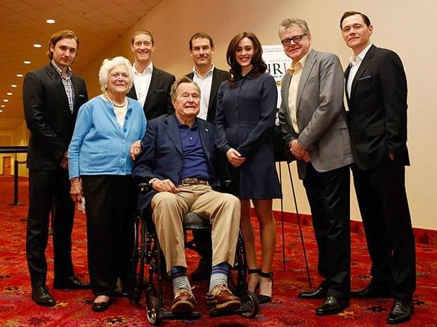 La foto di George H.W. Bush e Heather Lind