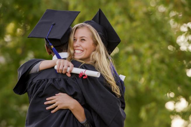 Due laureate si abbracciano felici