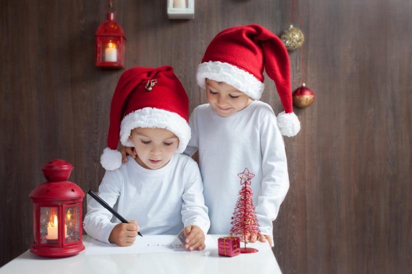 Due bambini scrivono la letterina a Babbo Natale
