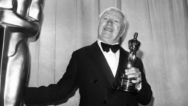 Charlie Chaplin riceve l'Oscar per la carriera
