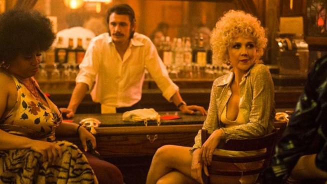 James Franco dietro il bancone e Maggie Gyllenhaal seduta girata