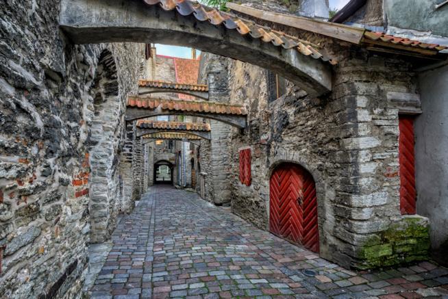 Scorcio di una strada medievale a Tallinn