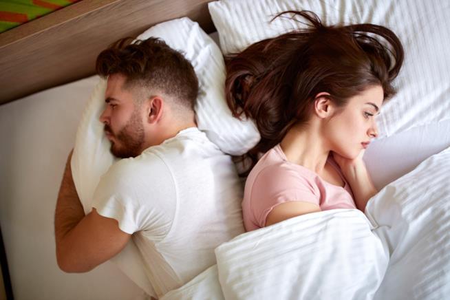Coppia a letto si dà le spalle