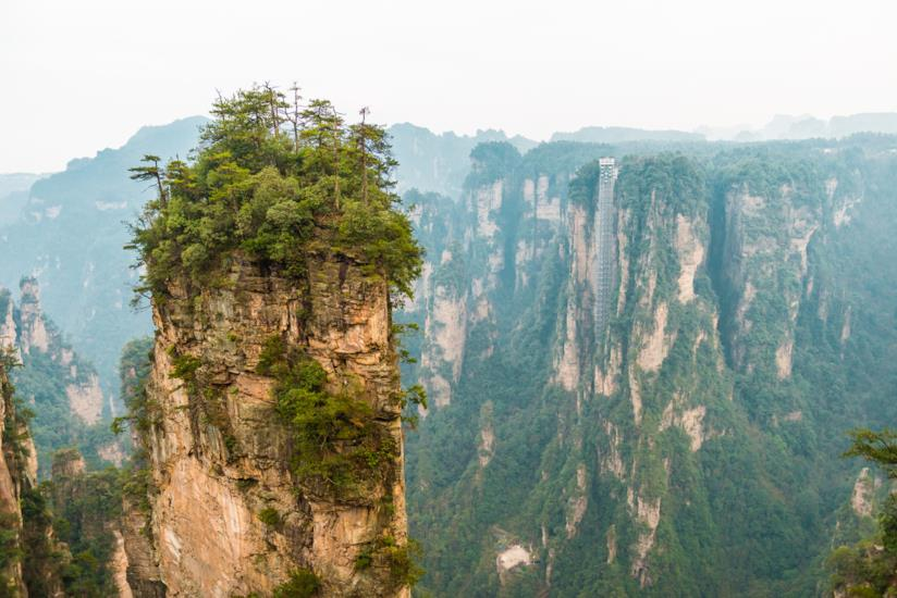 Montagne Tianzi che spiccano sul paesaggio