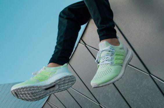 Ultra Boost Clima Solar Yellow indossate