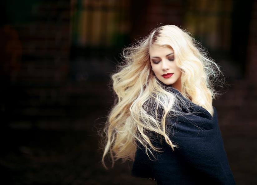 Ritratto fotografico di una donna dai lunghi e fluenti capelli biondi