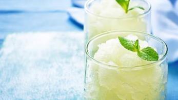 Granita di limone In estate la granita al limone è perfetta come bibita dissetante e come dolce. Per
