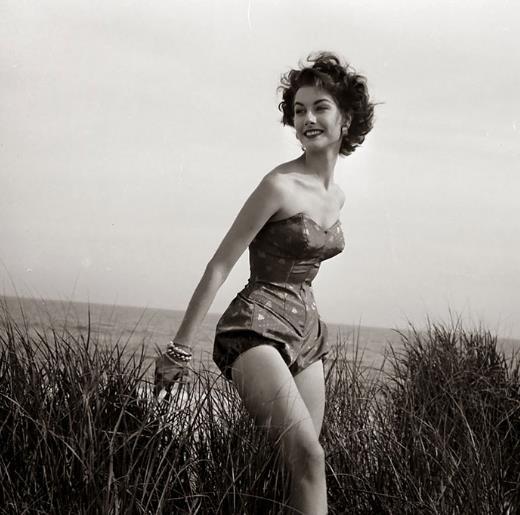 Una donna negli anni '50 in costume nel prato