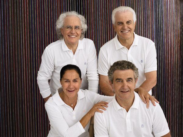 I fratelli Benetton vestiti di bianco