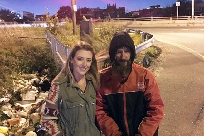 Kate McClure abbraccia Johnny, il senzatetto per cui ha raccolto oltre 300mila dollari