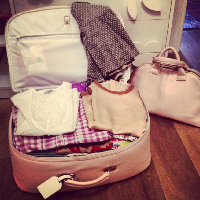 La valigia per il mare per i bambini e gli abiti