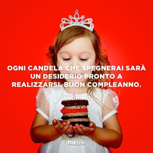 Bambina spegne una candelina su un torta