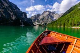 Una barca che solca le acque del Lago di Braies