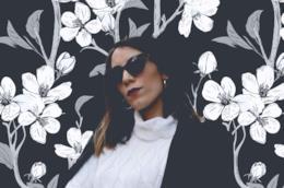 Erica Barca con occhiali da sole e dolcevita bianco