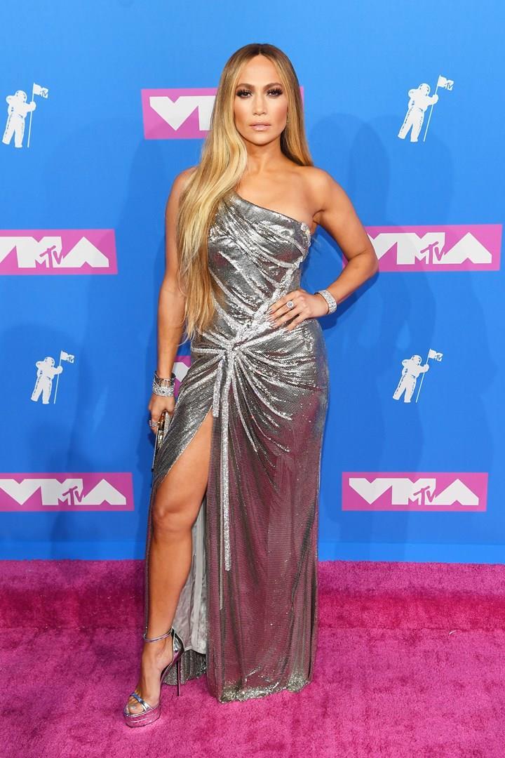 Il look di Jennifer Lopez sul red carpet dei VMAs 2018