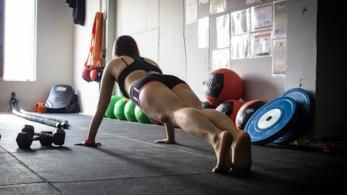 Una donna che si allena.