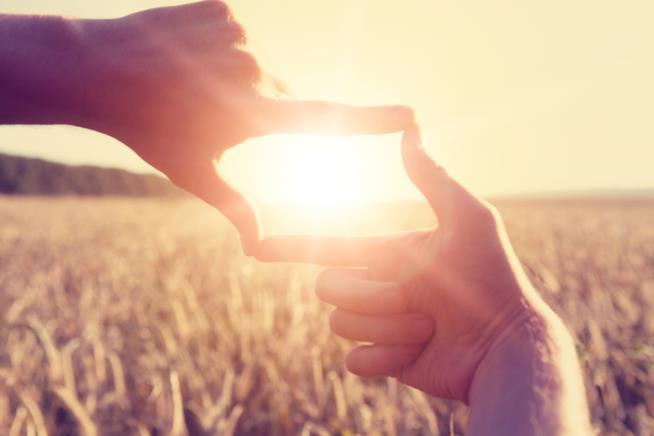 Inquadra il sole con le mani