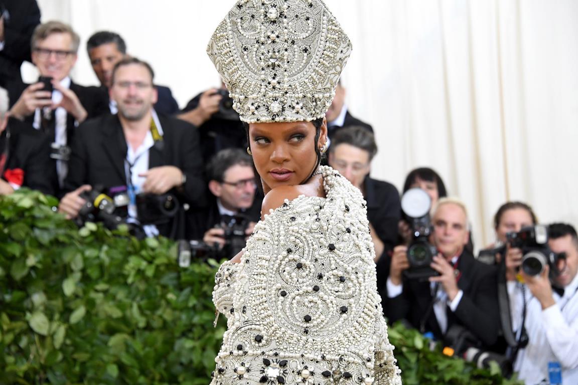 Rihanna al Met Gala 2018 che celebra il rapporto tra fashion e Chiesa