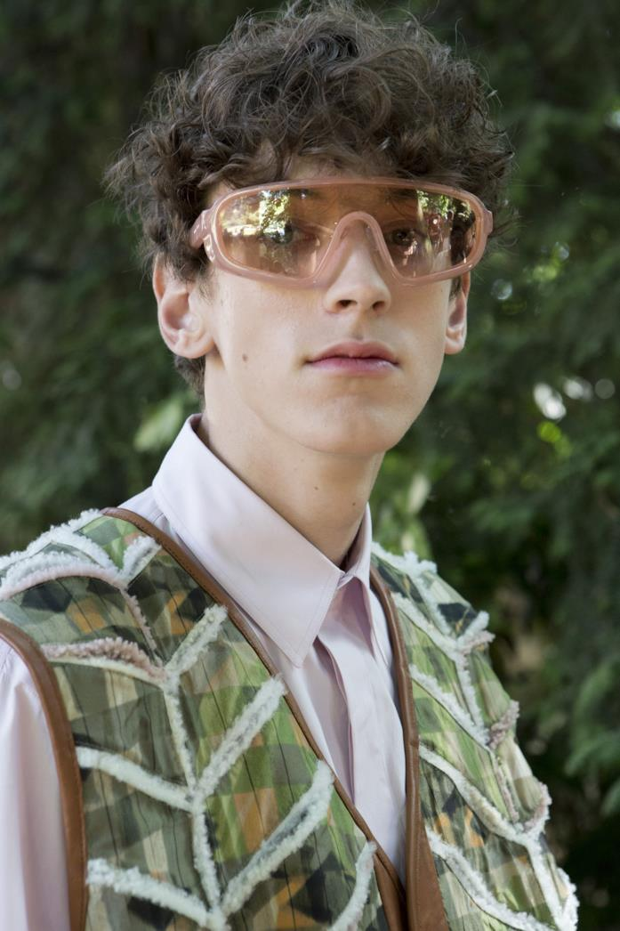 Modello indossa occhiali a mascherina della collezione SS19 di Fendi
