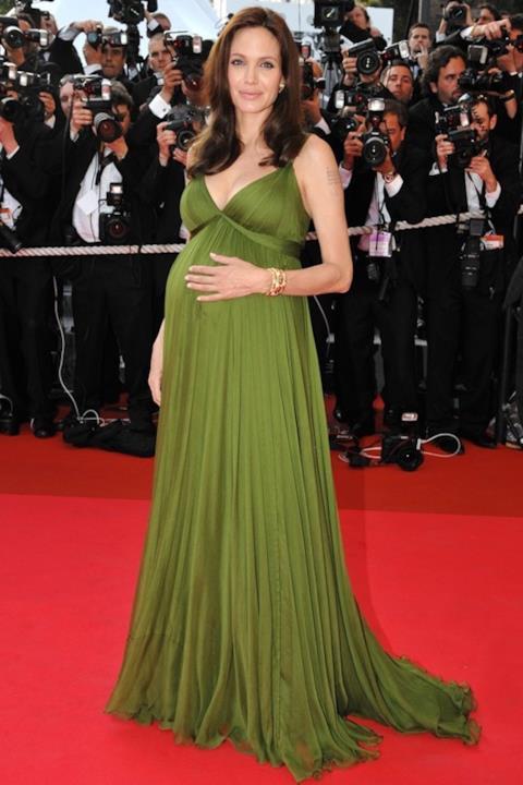 Uno dei look da red carpet sfoggiati da Angelina Jolie con il pancione