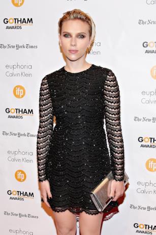 Scarlett Johansson in nero e con trasparenze