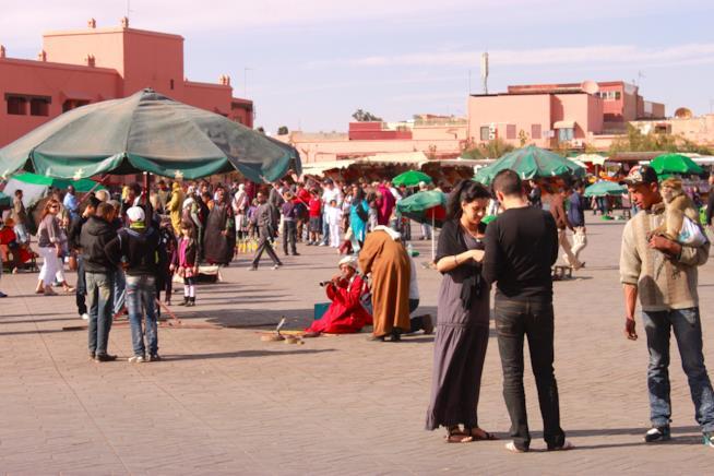 La movimentata piazza Djemaa el-Fna durante il giorno